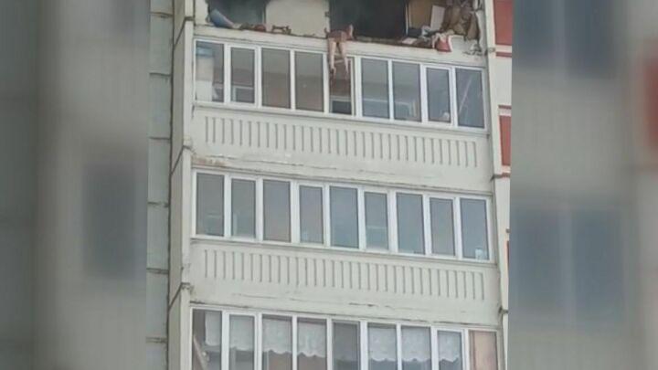 На видео попало, как после хлопка газа в Казани мужчина пытается спастись, спрыгнув с балкона