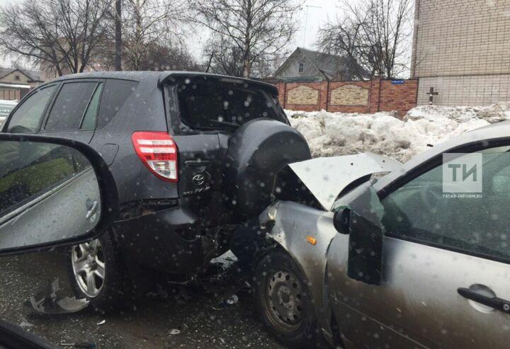 Два человека пострадали в результате двойного ДТП на Южной трассе в Казани