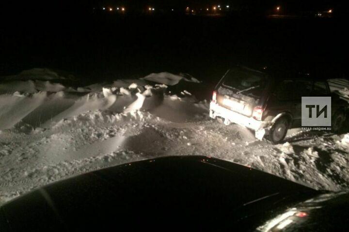 В Лениногорском районе спасатели помогли семье с ребенком, авто которых застряло в снегу