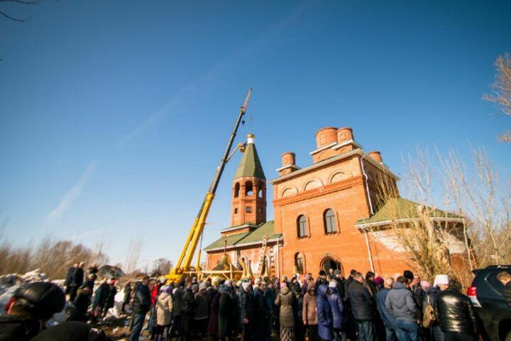 Митрополит Феофан освятил купола храма, который помогает строить 81-летняя казанская пенсионерка
