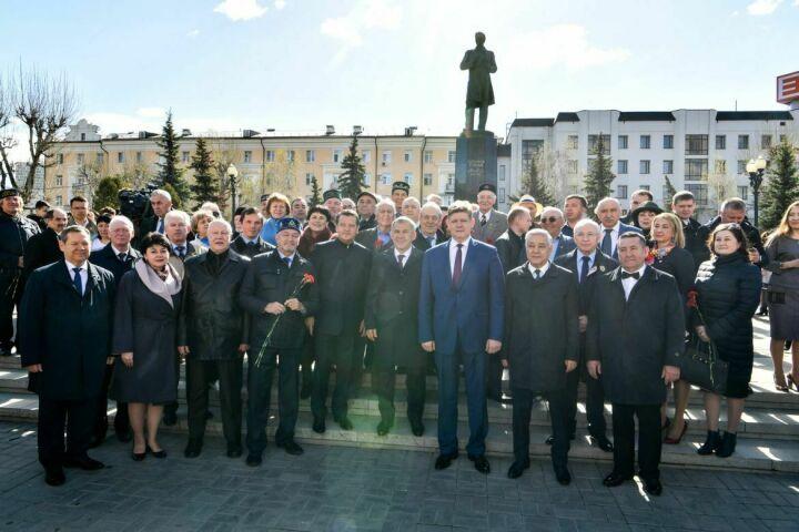 Минниханов, Шаймиев иМухаметшин возложили цветы кпамятнику Тукаю