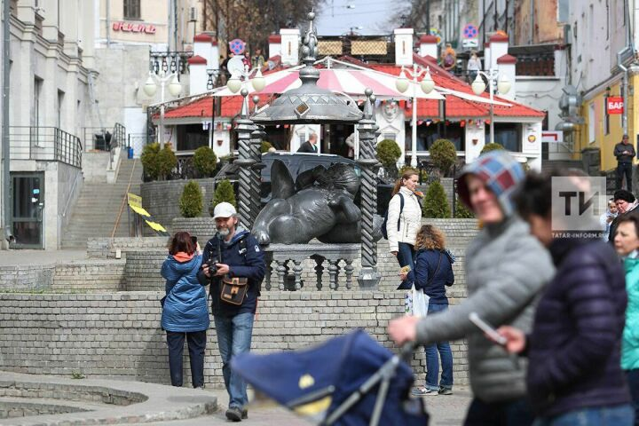 На улице Баумана демонтирована скульптура Кота Казанского – ради переноса на исходное место