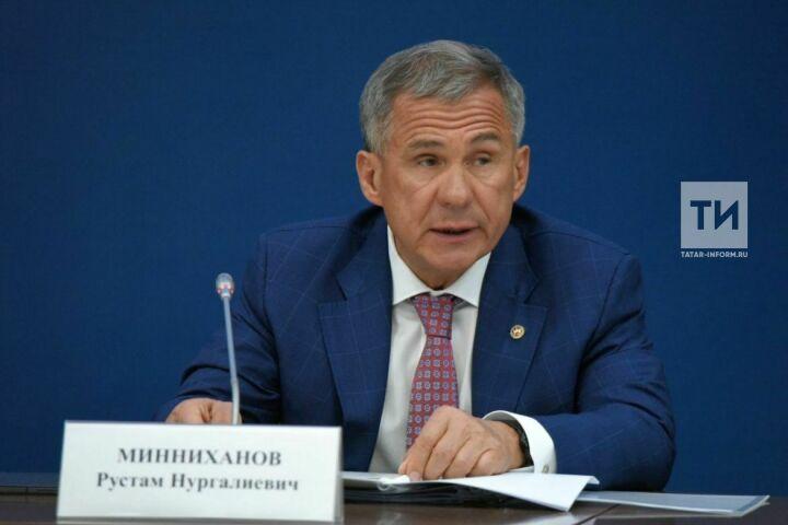 Президент РТ о фото из кабинета:  Это некий способ поприветствовать на татарском и русском языках