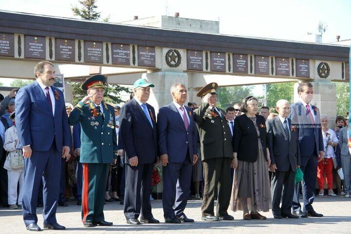 Гимн, почетный караул и минута молчания: Минниханов возложил цветы к Вечному огню в парке Победы