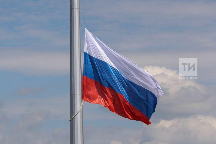 В парке Победы прошла церемония подъема российского флага на 50-метровый флагшток