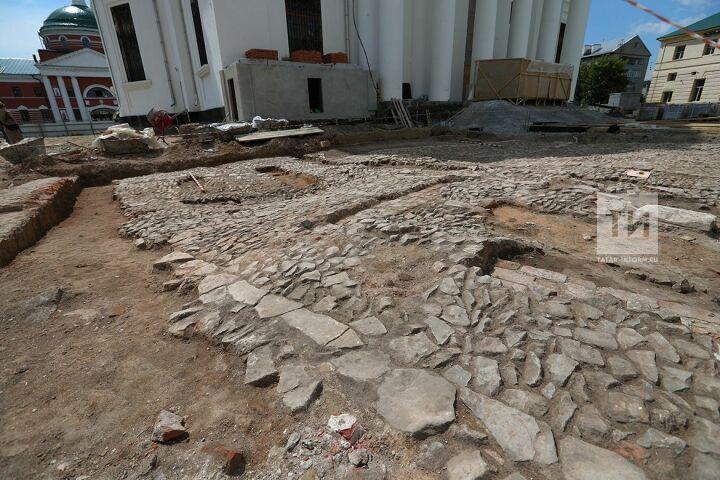 При воссоздании собора Казанской иконы Божией Матери строители обнаружили старинную мощеную площадь