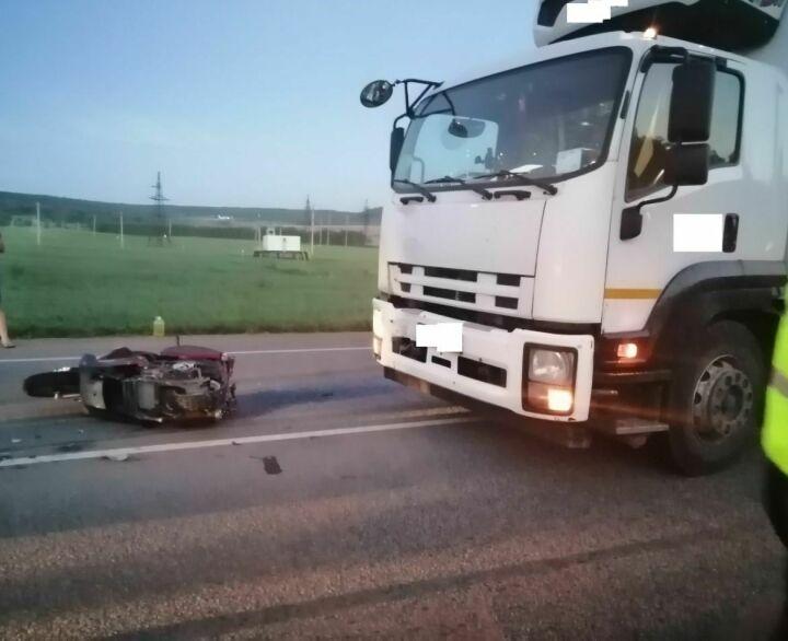 На трассе Казань – Оренбург дальнобойщик насмерть сбил мотоциклиста
