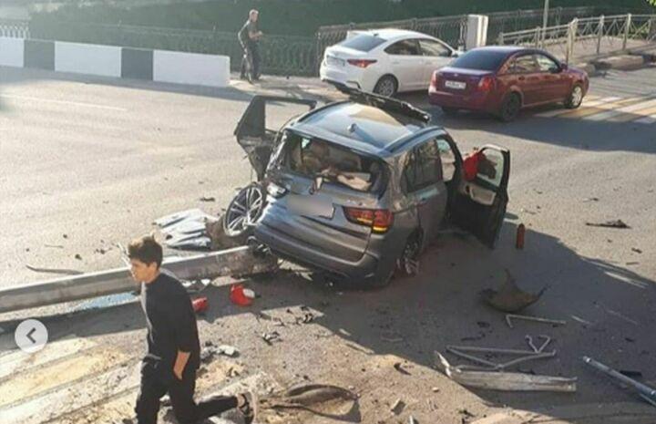 Водитель «БМВ Х5», который снес забор и столб в Казани, сам пришел в полицию
