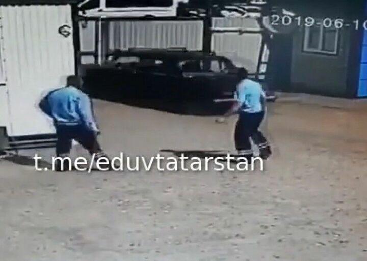 В Казани сняли на видео, как водитель протаранил ворота штрафстоянки, чтобы забрать свое авто