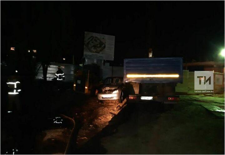 На парковке в Казани загорелись «Лада Калина», «КАМАЗ» и погрузчик