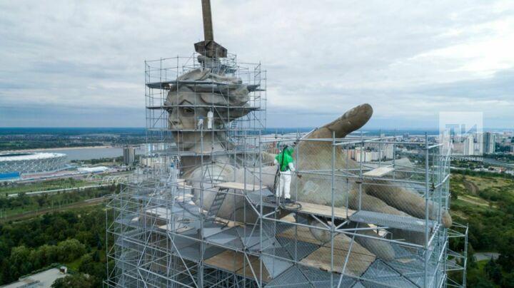 Казанские реставраторы по уникальной методике чистят монумент «Родина-мать зовет!» в Волгограде