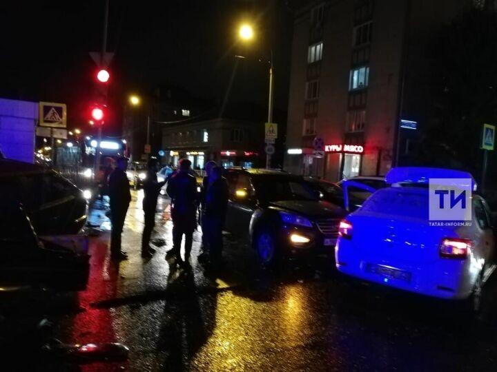Чтобы спасти пострадавшего в аварии водителя, казанским спасателям пришлось вырезать дверь авто