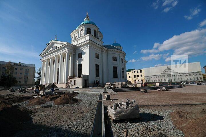 Строители укрыли старинную площадь у воссоздаваемого собора Казанской иконы Божией Матери новоделом