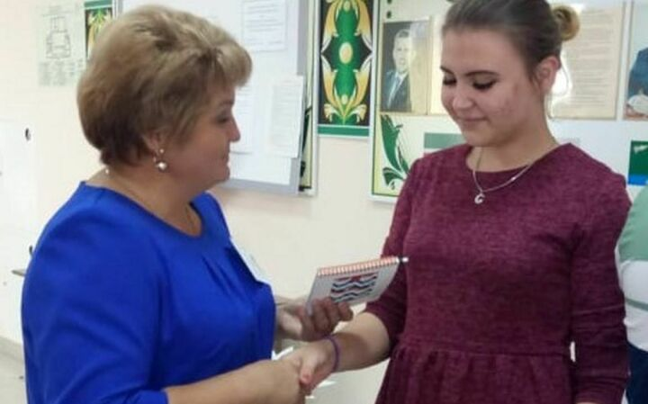 В Агрызском районе проголосовавшим молодым избирателям вручили подарки