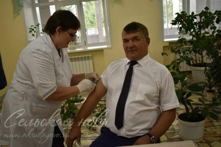 Глава Аксубаевского района сделал прививку от гриппа на избирательном участке
