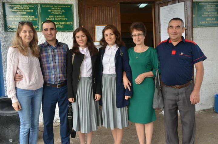 Вокалистки дуэта «Гулляр» проголосовали на выборах в Госсовет Татарстана в Агрызском районе