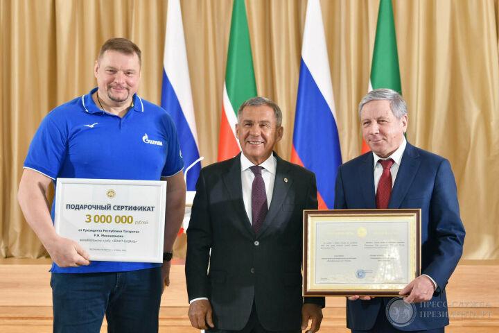Сертификаты на 3 млн рублей: Минниханов чествовал татарстанских волейболистов