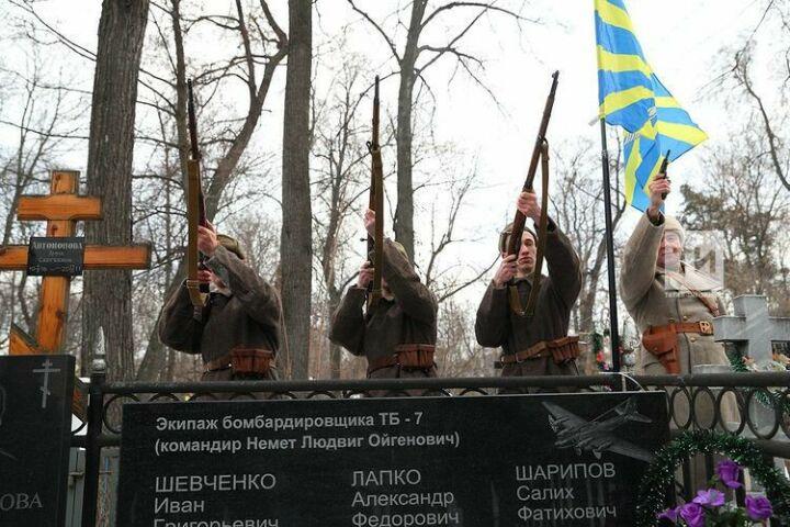 Залпы, оркестр и звон колоколов: в Казани на забытой могиле летчиков открыт памятник