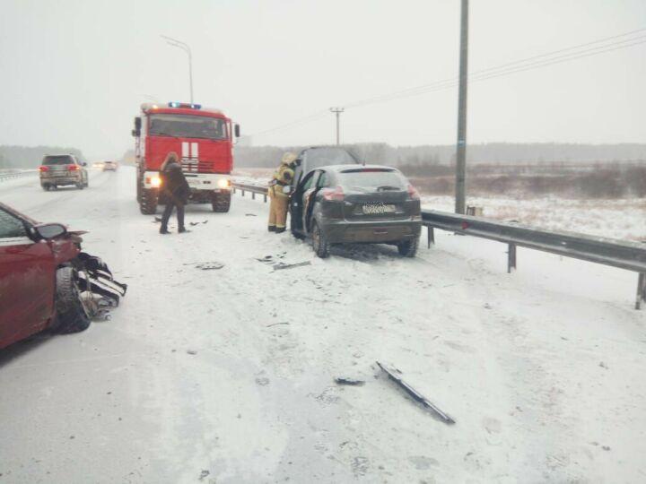 На трассе под Казанью столкнулись две легковушки, один из водителей в больнице