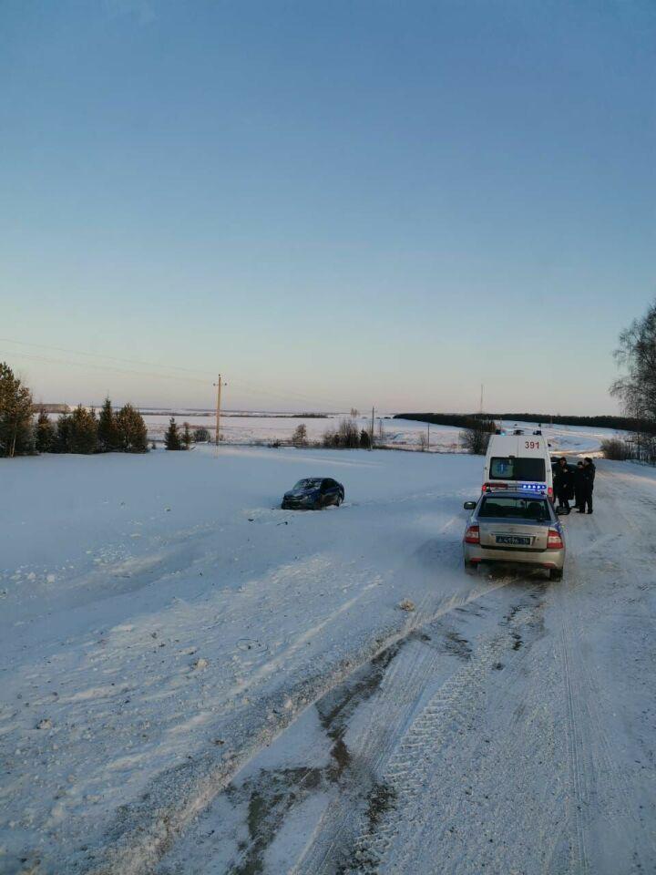 В Тюлячинском районе «Лада» перевернулась в кювет, двое мужчин госпитализированы