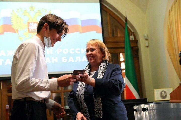 Впервые после самоизоляции в Нацмузее РТ вручили паспорта юным казанцам