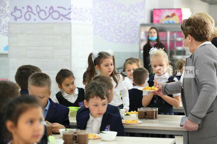 Фазлеева ответит на вопросы по организации бесплатного питания младшеклассников