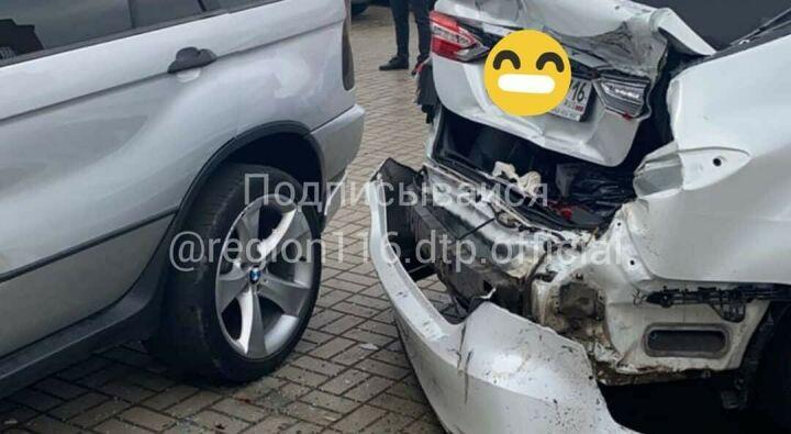 На видео попало, как иномарка протаранила другую на выезде с автомойки в Челнах