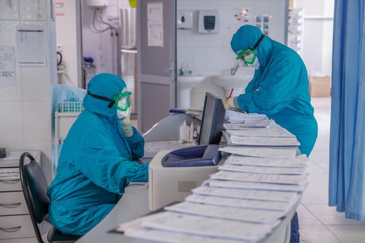 Почти 25 млрд рублей выплатят в октябре борющимся с коронавирусом медикам