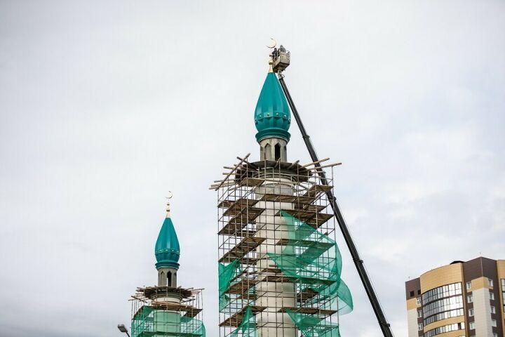 На строящуюся мечеть Габдрахима Утыз-Имяни установили полумесяц
