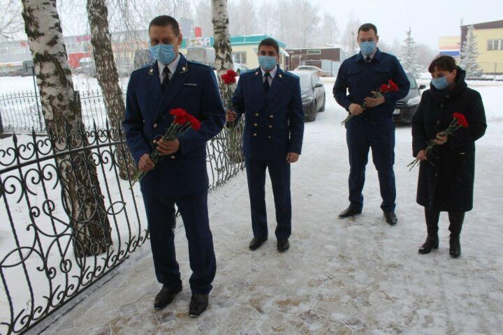 Работники прокуратуры РТ почтили память бывшего прокурора республики