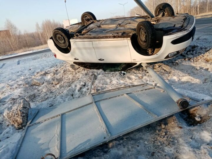 Под Казанью легковушка вылетела на обочину и перевернулась, водитель не пострадал