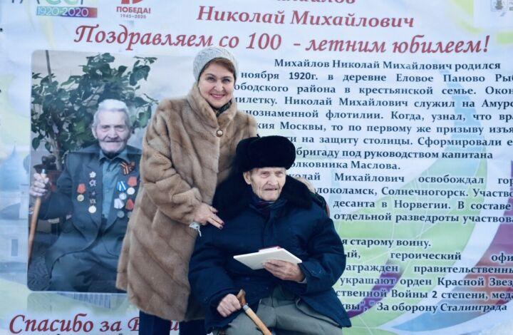 Для столетнего участника войны из Пестрецов устроили уличный концерт