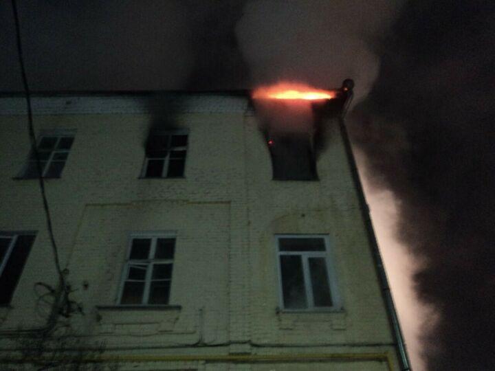 Жильцов сгоревшего дома в Казани временно переселили в гостиницу