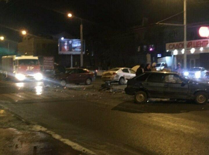 Три легковушки столкнулись поздно вечером в Казани, один человек в больнице