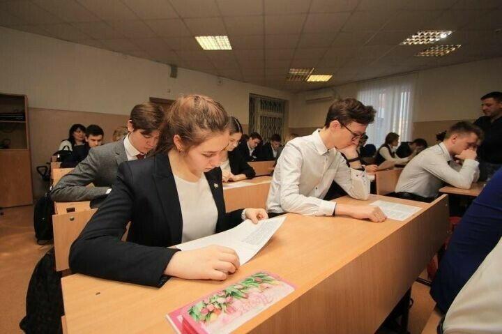 Глава Альметьевского района провел парламентский урок для выпускников лицея