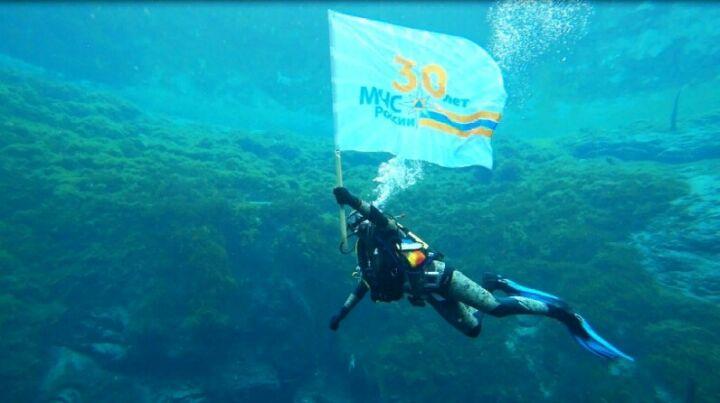 Флаг МЧС России в честь юбилея побывал на дне Голубого озера под Казанью