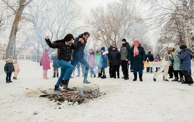 В Нижнекамске влюбленные на армянском празднике Терендез прыгали через костер
