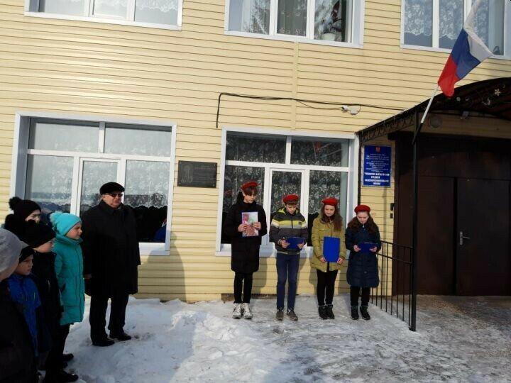 В алькеевском селе установили мраморную доску в честь бывшего директора школы