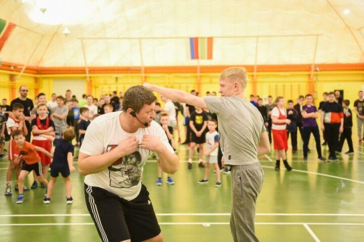 Известный боксер Алексей Лезин провел в Нижнекамске массовую тренировку