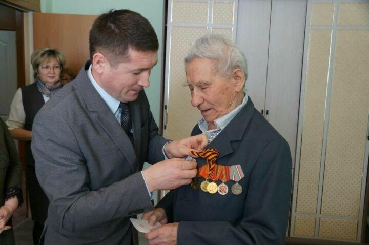 Узнику фашистских лагерей из Кощакова вручили медаль в честь 75-летия Победы