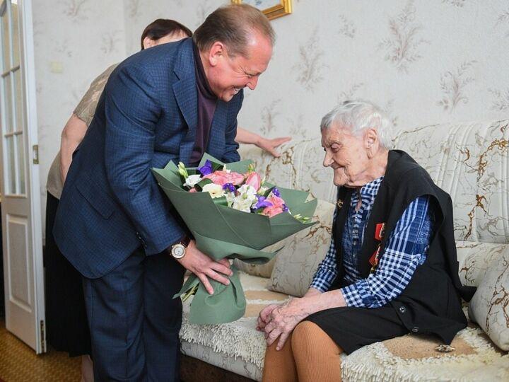 Нижнекамской участнице войны вручили памятную медаль в честь 75-летия Победы