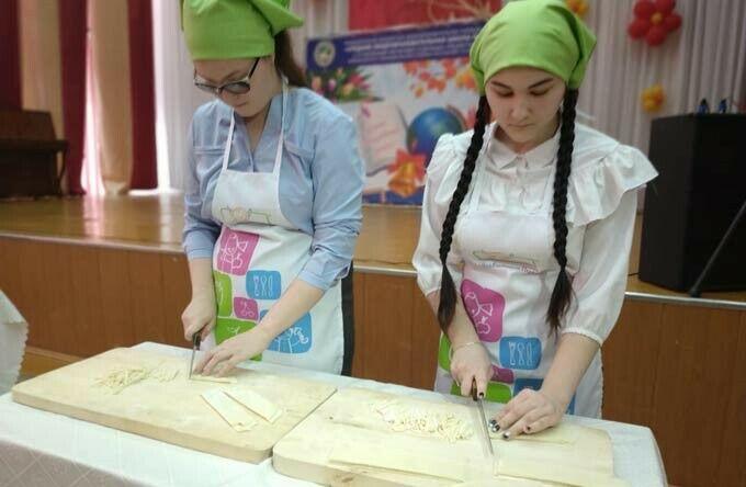 В Нижнекамске юные хозяйки соревновались в кулинарном поединке и нарезке лапши