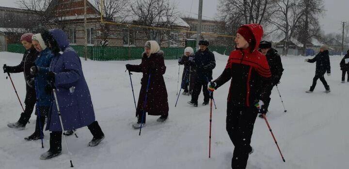 Пожилые нурлатцы освоили технику скандинавской ходьбы благодаря проекту «Демография»