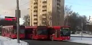 На видео сняли, как три казанских автобуса столкнулись и перекрыли дорогу