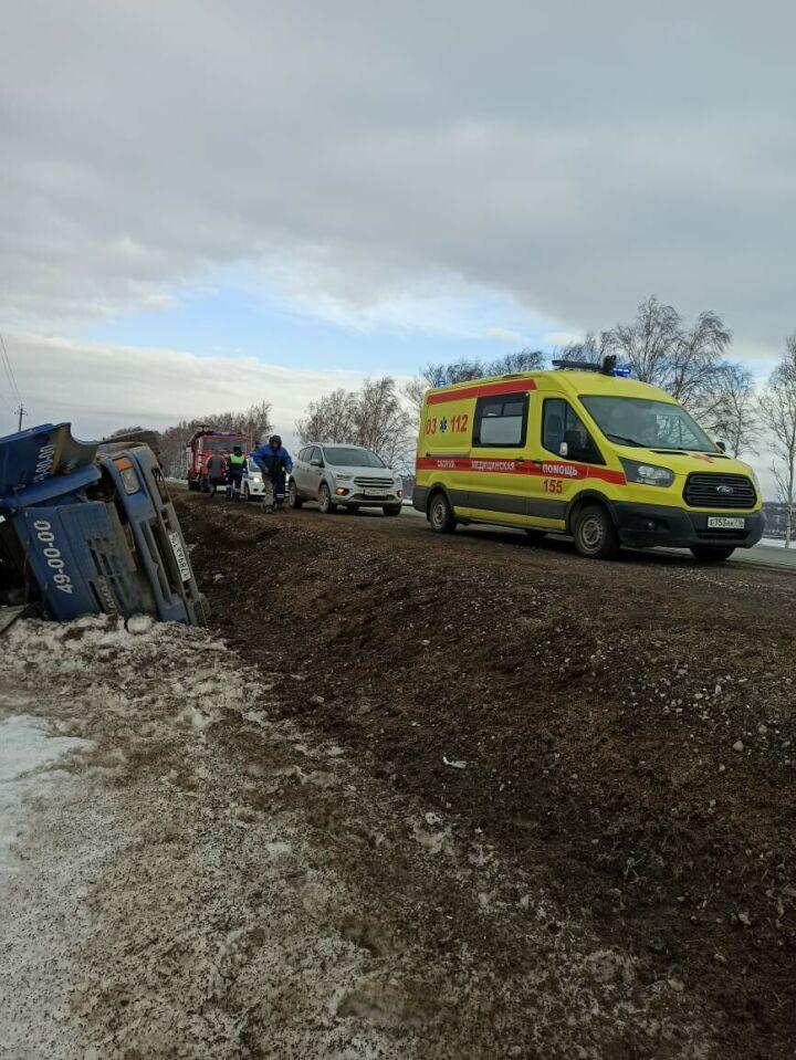 Грузовик вылетел с дороги и перевернулся на трассе М7 в Татарстане