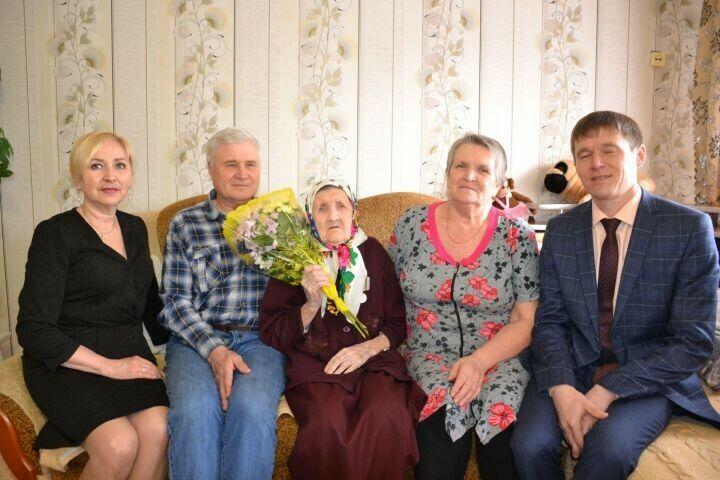 Юбилейную медаль вручили 101-летней жительнице Мензелинска