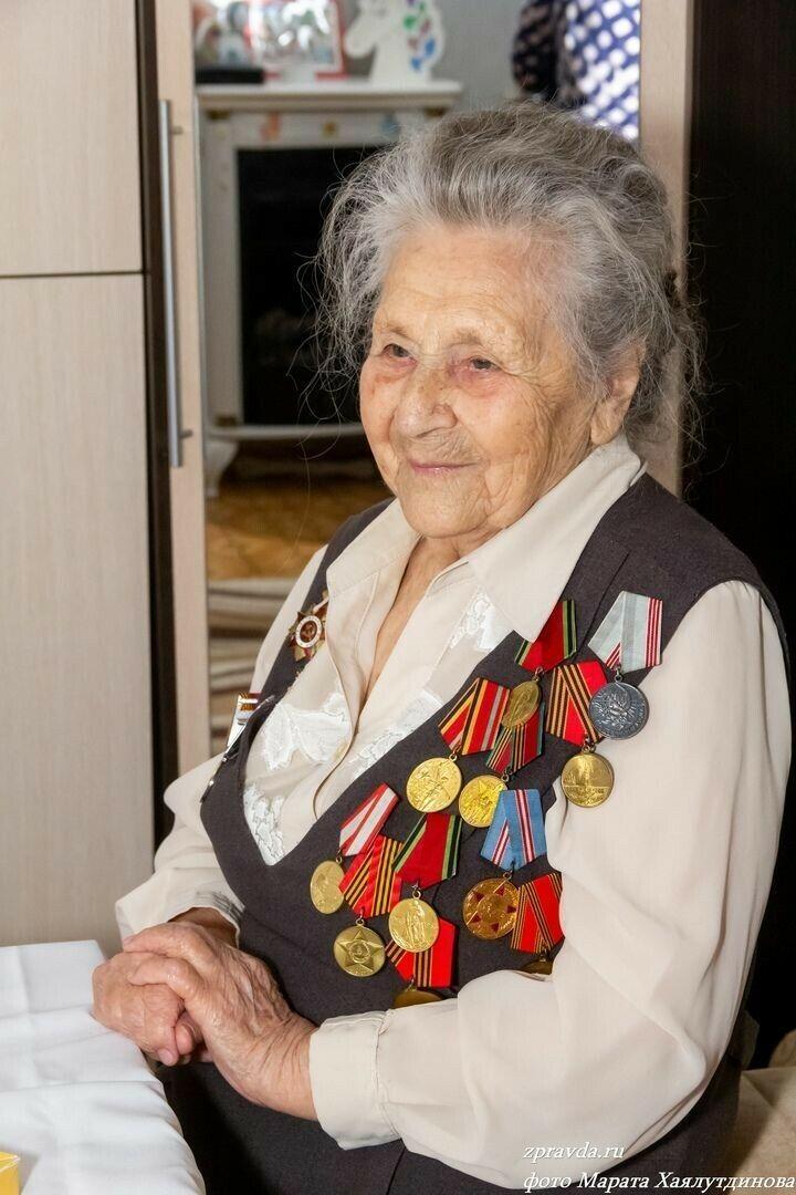 Участница войны из Зеленодольска в 96 лет занимается прогулками, шитьем и вязанием