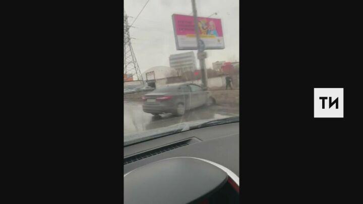 В Казани легковушка на скорости влетела в столб, у водителя травма головы
