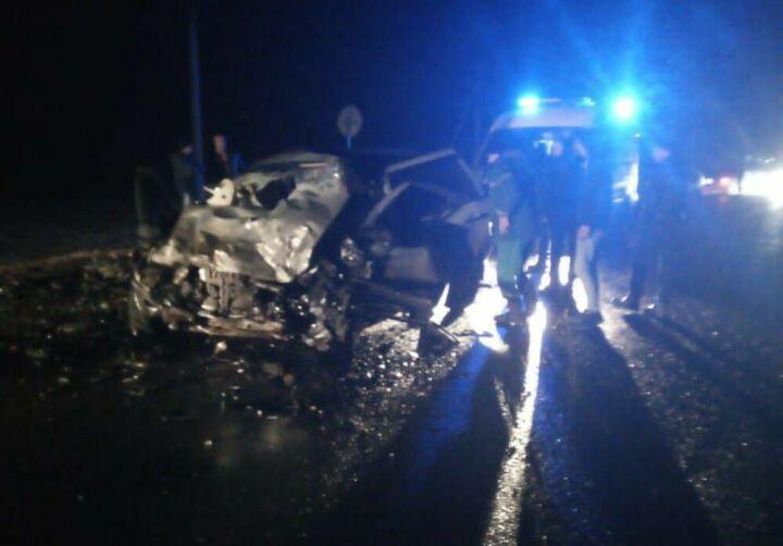 Три человека погибли в лобовом столкновении автомобилей в Татарстане