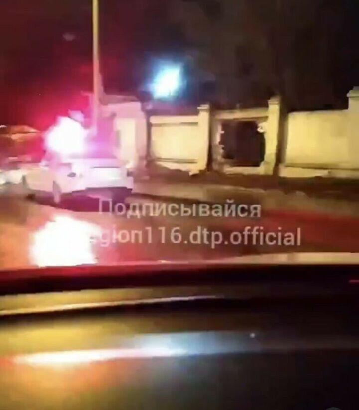 В Казани авто пробило кирпичный забор и завалилось на бок, есть пострадавшие